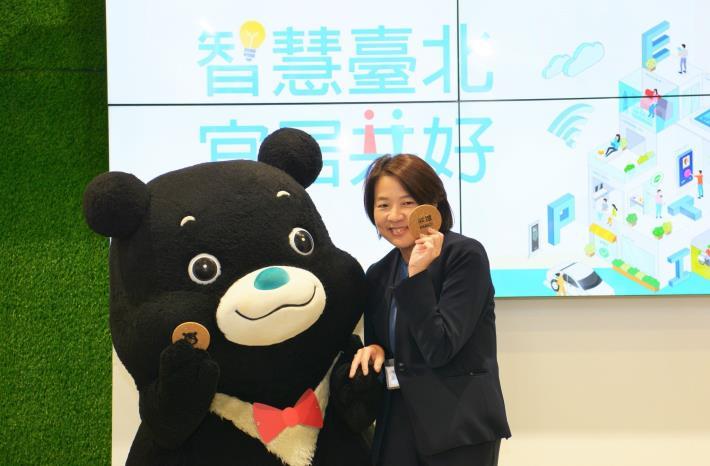 熊讚贈送主題館限定禮「熊讚杯墊」予黃珊珊副市長