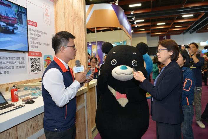 熊讚跟黃副市長一起參觀展區各項創新服務,深獲大小朋友喜愛