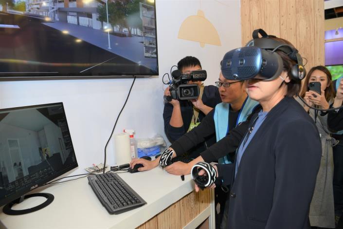 黃珊珊副市長體驗智慧社宅VR看屋