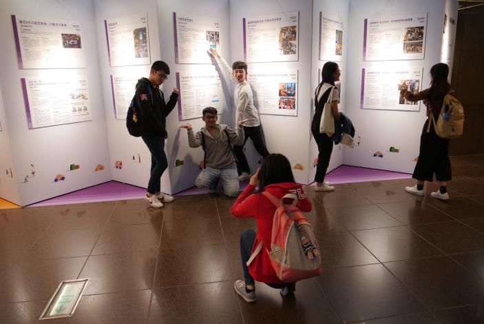 學生非常的熱情在展覽前面秀出自我,合影留念
