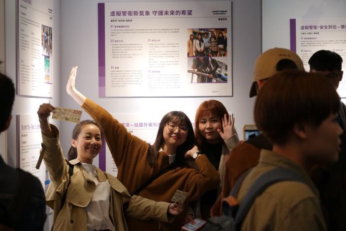 展覽的學生組別非常興奮的在自己的成果面前拍照留念