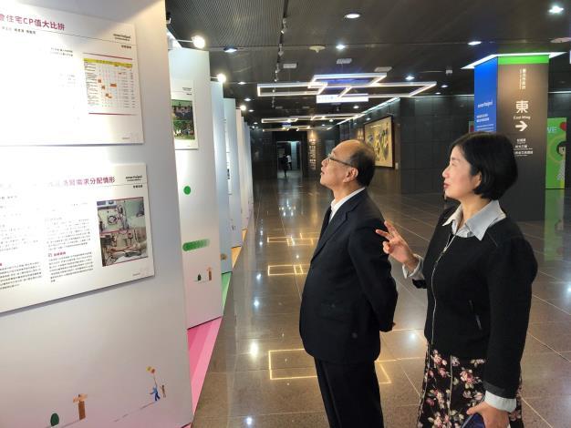 台北市教育局局長曾燦金(左)與台北市資訊局主任秘書陳慧敏一同參觀學生展覽,並表予肯定