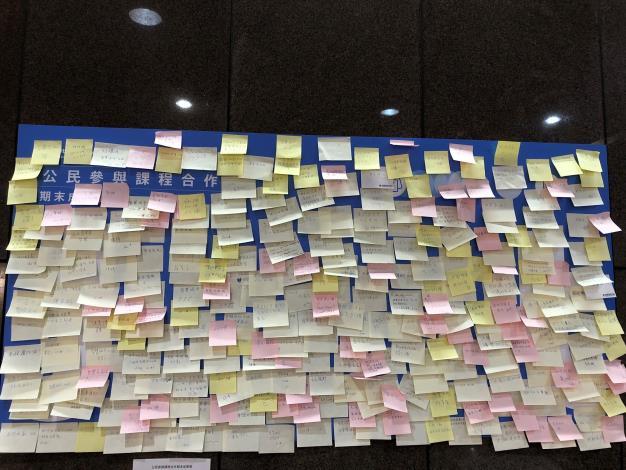 廣大市民與局處人員前往參觀展覽,並留言給學生和台北市鼓勵