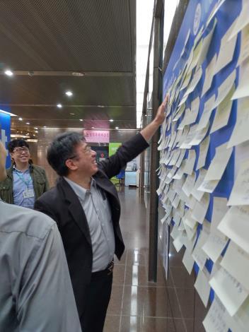台北市副秘書長陳志銘填寫留言為學生們鼓勵打氣