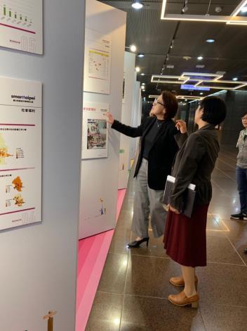 台北市副市長黃珊珊蒞臨現場參觀展覽,並大讚學生研究成果