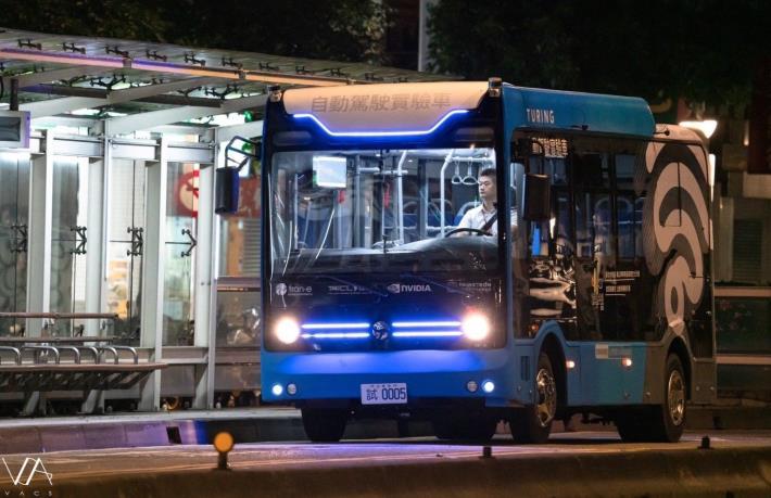 圖2:台北信義路自駕巴士凌晨行經停靠公車站