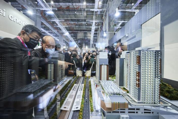 圖10:市長參觀展區(智慧建築-南港機廠社會住宅)