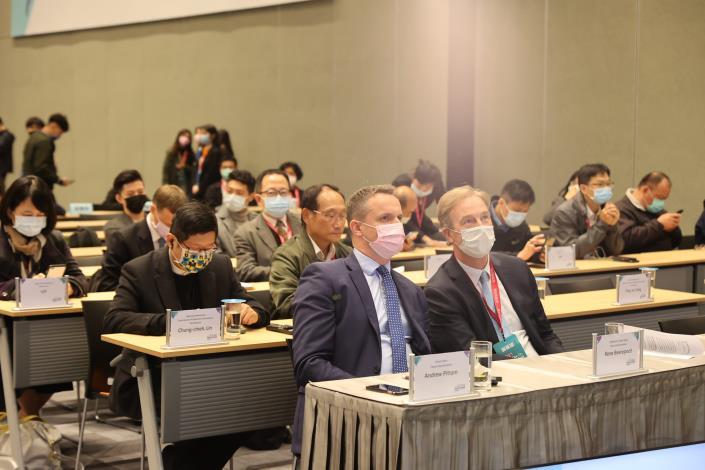 圖3:英國在台辦事處副代表Andrew Pittam (前左一)及荷蘭在台辦事處副代表Rene Beerepoot(前右一)親臨首長高峰會現場