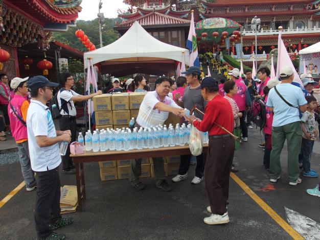 發放礦泉水給民眾