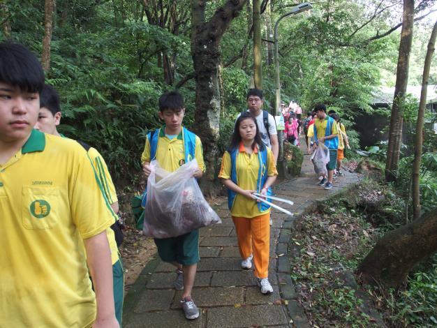 學生一同參加淨山環保