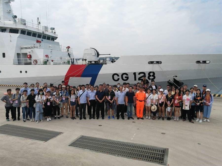 北市大安區登上海巡艦率領學子向海致敬合影照片