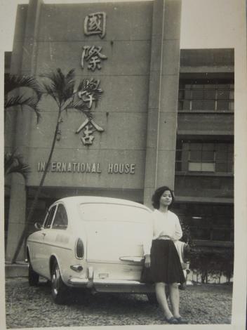 黎和里民60年代在國際學舍前留影[開啟新連結]