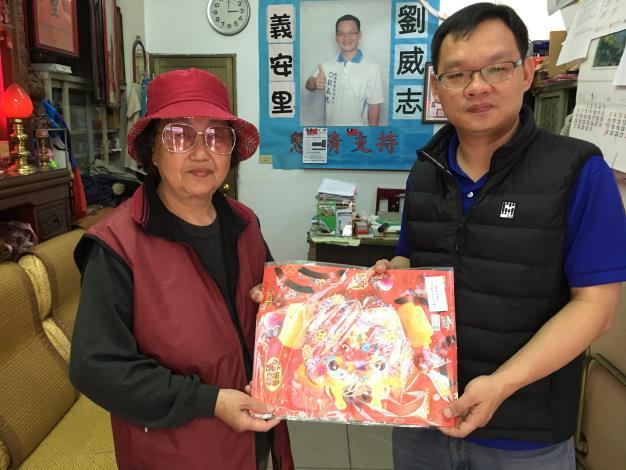 108年義安里辦公處劉里長威志發送小燈籠