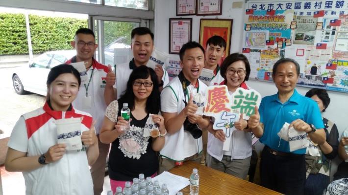 義村里歡慶端午節邀請里民來製做香包