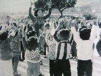 治磐新村的孩童們做團康活動