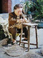 婦女從事竹編斗笠手藝