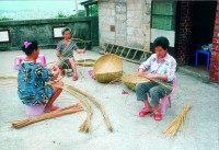 婦女勤編竹器