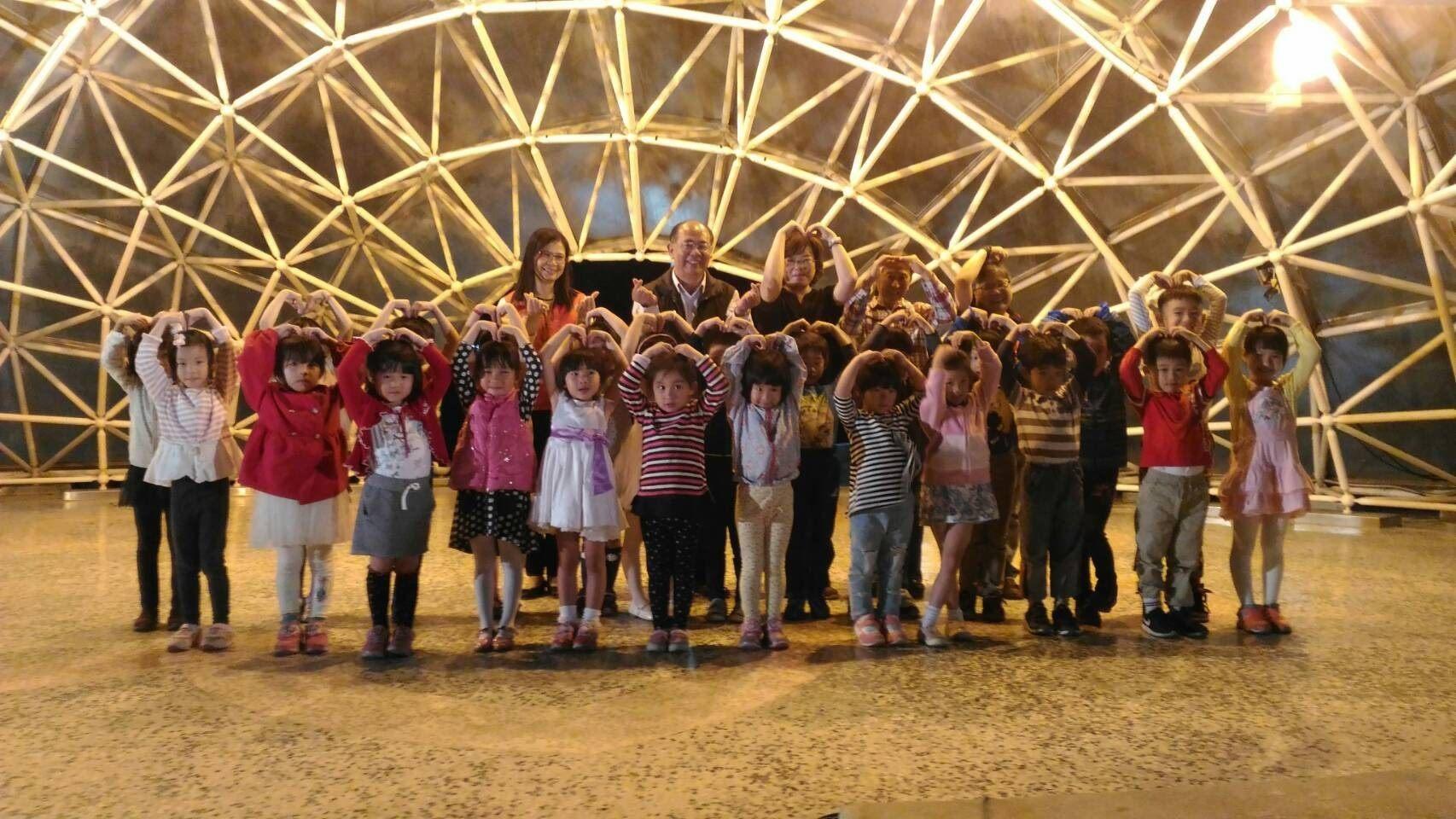 正音幼兒品德學校的小朋友帶來一連三首的歌曲演唱。