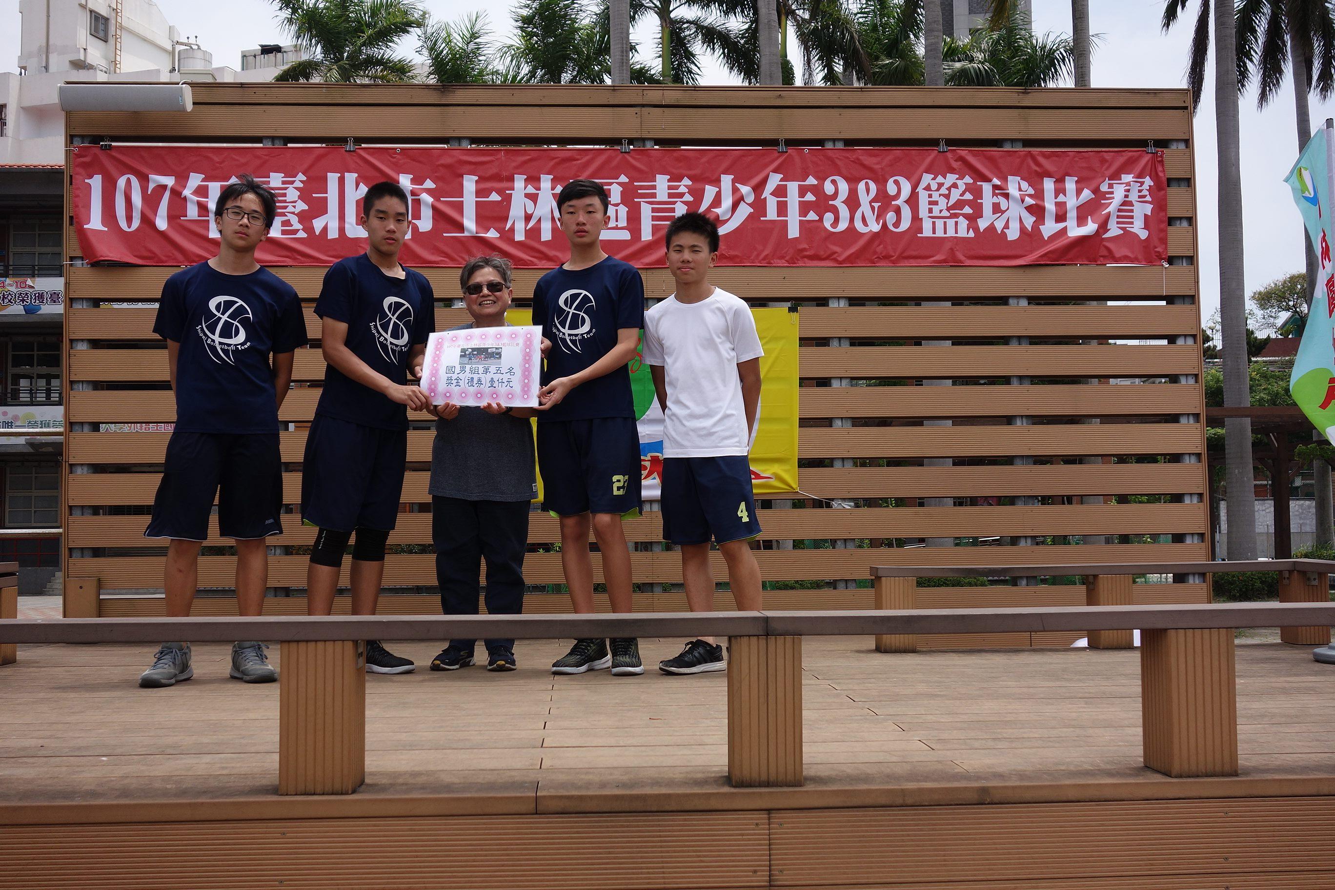 優勝隊伍由林區公所主任秘書許純綺頒獎鼓勵
