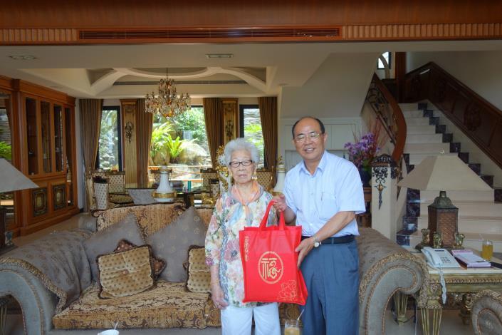致贈天和里百歲人瑞洪廖𤆬女士賀壽禮及賀卡