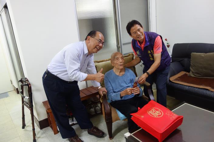 致贈蘭興里百歲人瑞車保田先生賀壽禮及賀卡