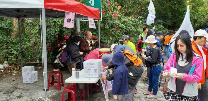 中途站設置之補水站供民眾補充茶水。[開啟新連結]