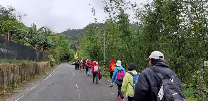 登山隊伍沿著劍南路徐徐前行,秩序良好。[開啟新連結]