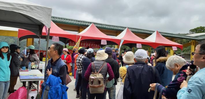 終點站-鄭成功廟,廟前廣場各宣導攤位擠滿排隊民眾,氣氛熱閙。[開啟新連結]