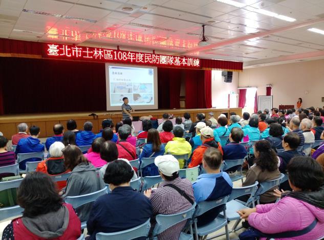 賴志魁教官講授「緊急救護常識及AED訓練」,課程以電化教學、實務操作方式互動。[開啟新連結]