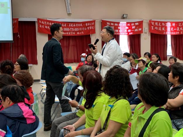 楊國鑫講師講授「簡易疏散避難地圖知使用宣導及防災士介紹」,與隊員互動熱絡。[開啟新連結]
