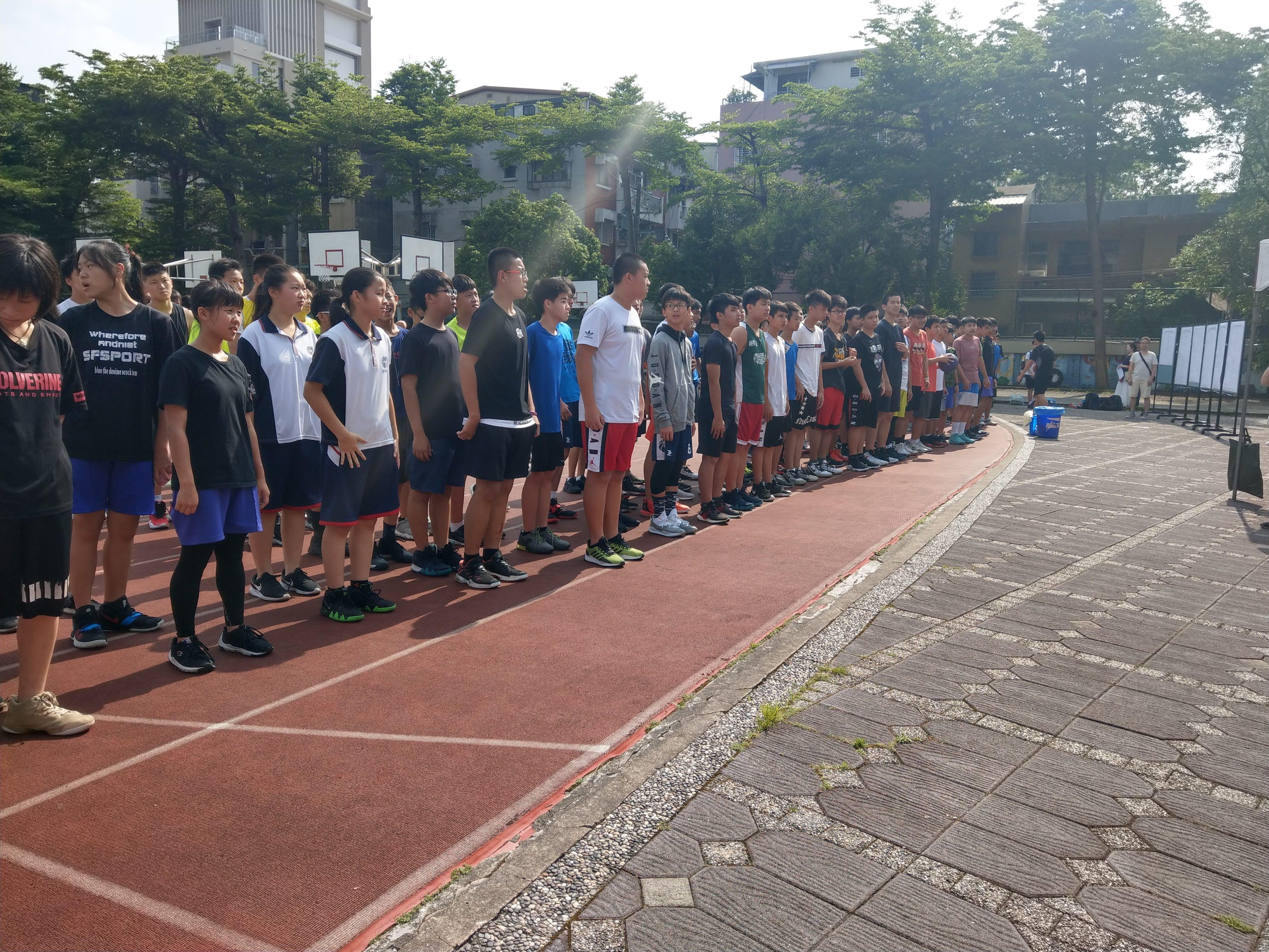 參賽選手集結於司令臺前個個精神抖擻