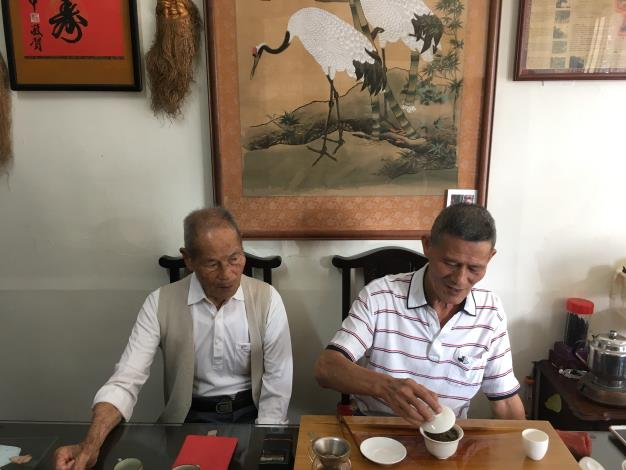 人瑞與其子分享普洱茶.JPG