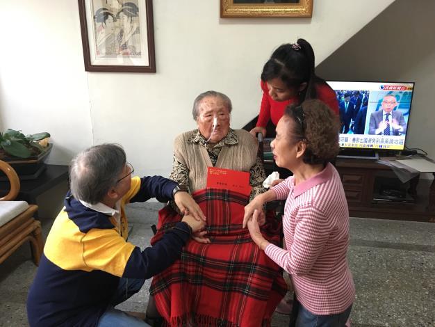 許主任秘書與人瑞及其家屬話家常.JPG