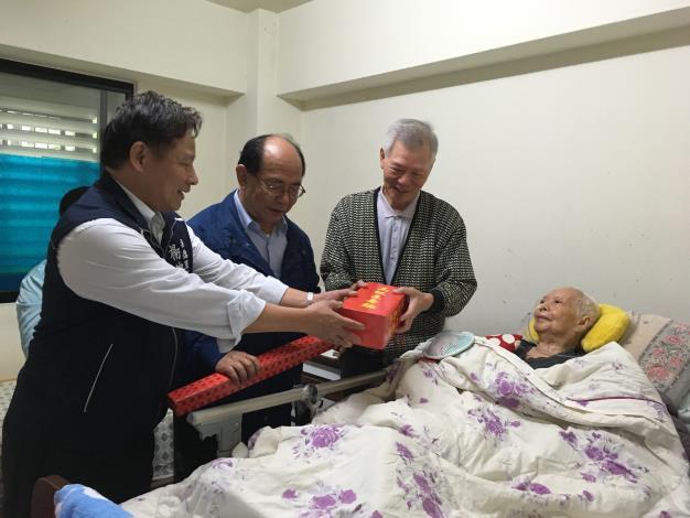 區長致贈人瑞祝壽禮品.JPG