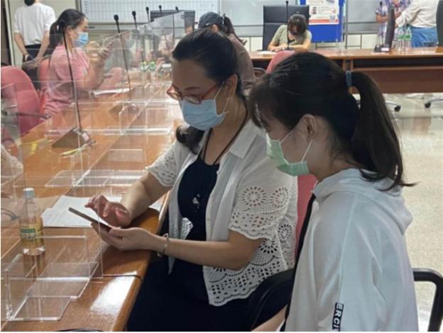 新移民學員學習用手機App銘傳學生在旁即時提供協助