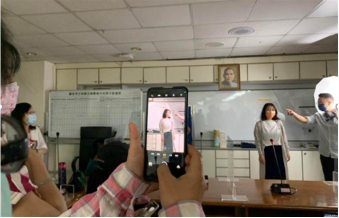 蔡禮安老師現場與新移民學員互動教學