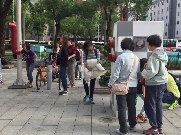 社區環境劇場照片-由學生設計創作裝置藝術在街頭與民眾互動