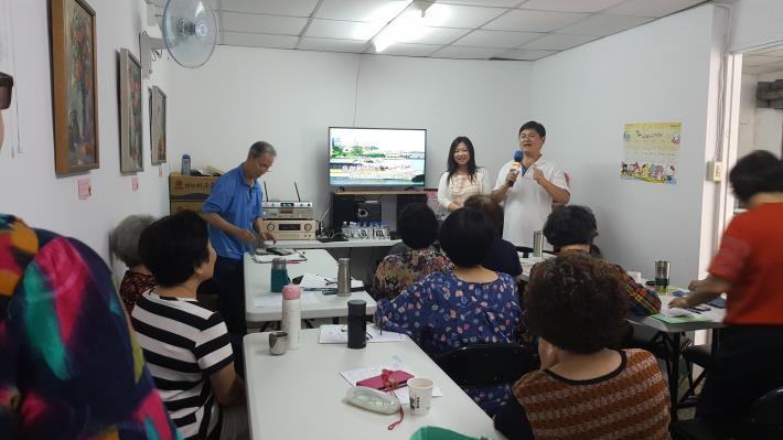 林心平老師指導歌唱班教唱