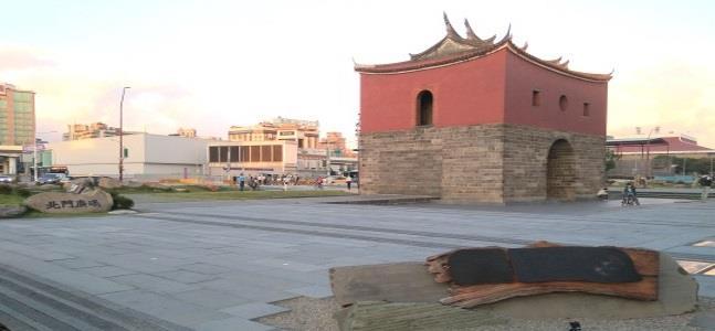 北門廣場,位處萬華、中正、大同3區交界處,四周整建後成為古蹟亮點
