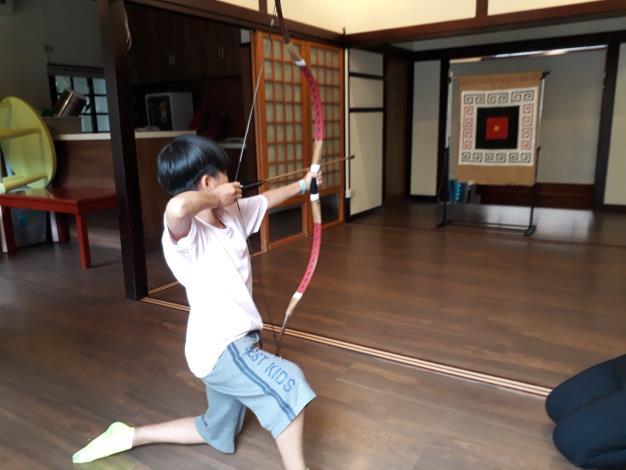 民眾體驗中華傳統射箭[開啟新連結]