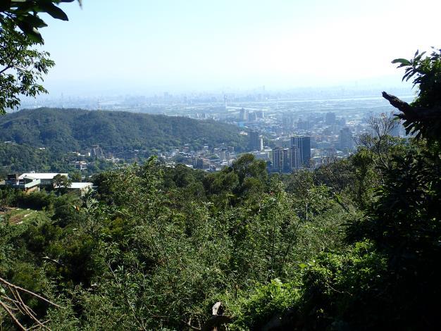 從中正山親山步道高點遠眺臺北盆地各種地形、地貌。