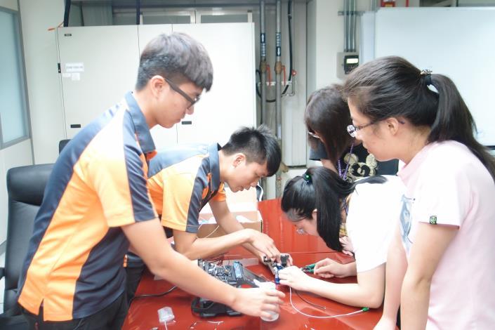圖2:介紹臺北市光纖基礎建設,提供大學生體驗光纖熔接及測試