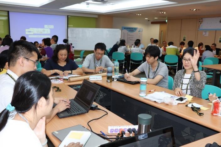 圖1:資訊局及社會局同仁與現場參與者討論並交流。