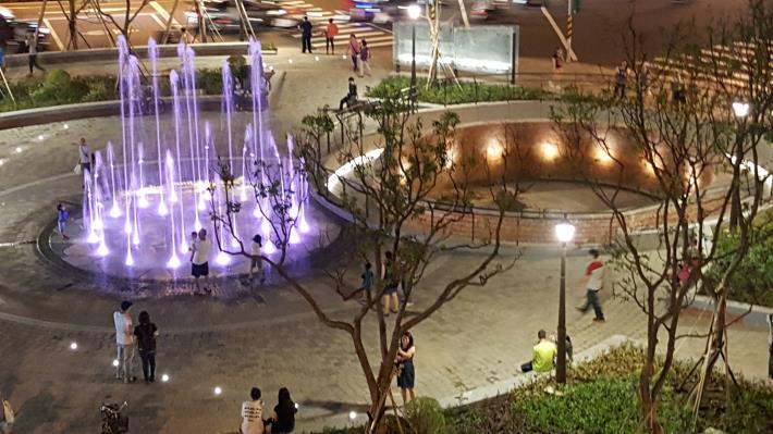 照片5.建成圓環噴泉與蓄水池夜間圖[開啟新連結]