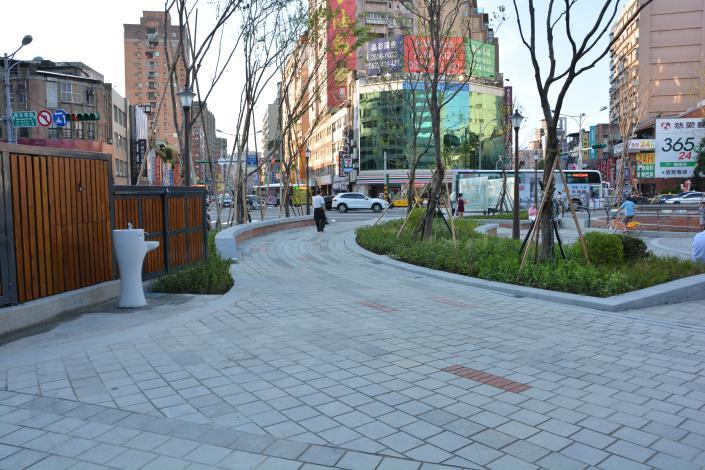 照片10.寬敞平坦林蔭散步道提供舒適人行穿越及散步[開啟新連結]