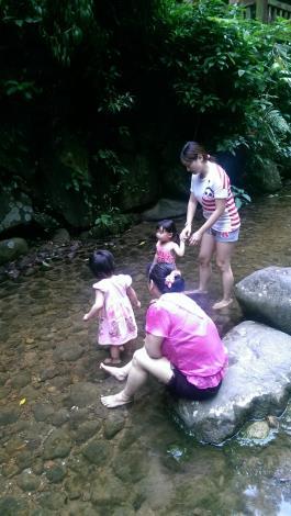 夏天時小朋友最愛泡在透心涼的溪裡玩水