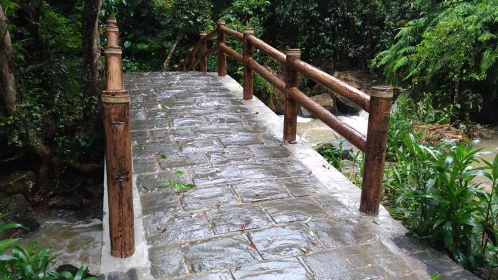 圓覺瀑布旁拱橋古意盎然