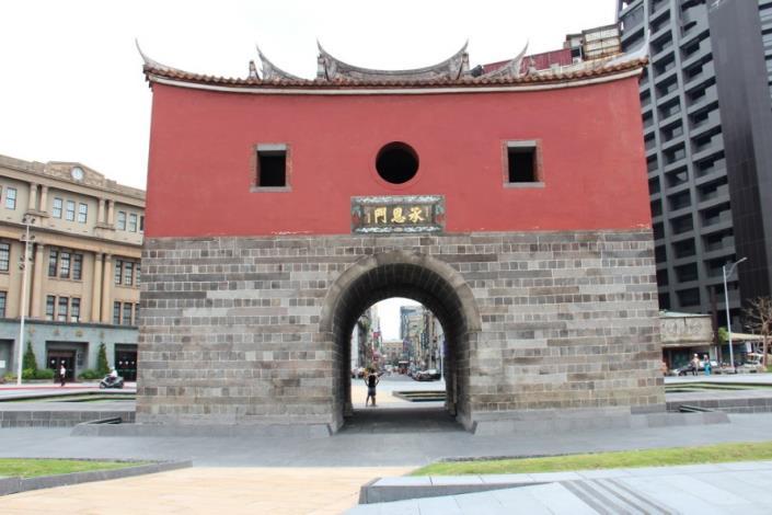 照片9.黃砂岩步道呈現甕城進出城門樓鋪面意象[開啟新連結]