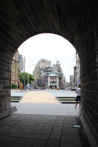 照片10.廣場黃砂岩步道呈現進出城意象
