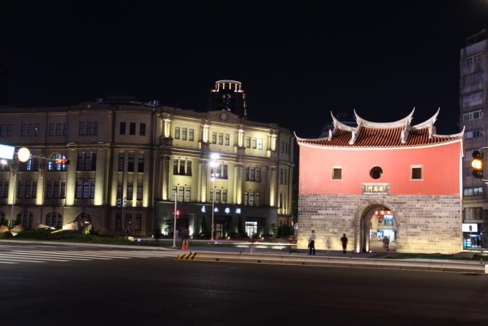 照片20.夜間高燈投射閩式城門屋瓦、屋脊展現清雅樸實的美麗風貌